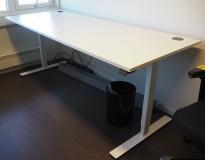 Skrivebord med elektrisk hevsenk i hvitt / hvitt understell fra Linak, 200x80cm, pent brukt