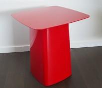 Loungebord i rødlakkert metall fra Vitra, Metal Side Table - str MEDIUM, R & E Bouroullec, (40x40x45), pent brukt