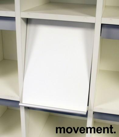Brosjyrehylle med luker / oppbevaring bak lukene, hvit laminat, 15 luker, pent brukt bilde 2