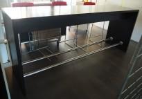 Stort ståbord / barbord i heltre sortbeiset eik, 260x70cm, 110cm høyde, pent brukt