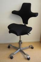 Ergonomisk kontorstol fra Håg: Capisco 8106, sort stoff / grått fotkryss, 69cm maxhøyde, pent brukt