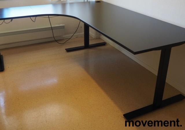 Hjørneløsning / skrivebord med elektrisk hevsenk i sort fra Linak, 200x180cm venstreløsning, pent brukt 2017-modell bilde 1