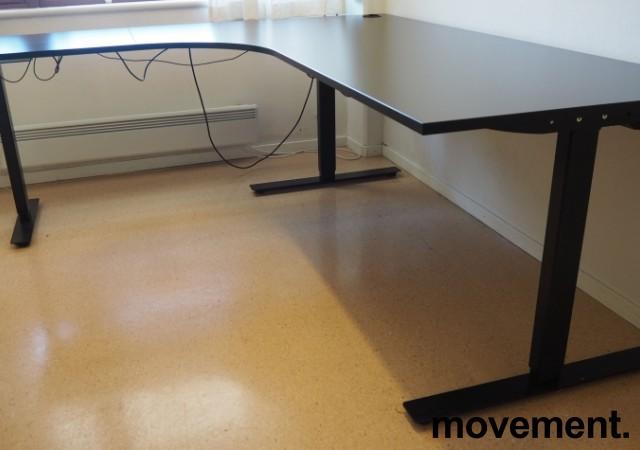 Hjørneløsning / skrivebord med elektrisk hevsenk i sort fra Linak, 200x180cm venstreløsning, pent brukt 2017-modell bilde 2