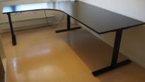 Hjørneløsning / skrivebord med elektrisk hevsenk i sort fra Linak, 200x180cm venstreløsning, pent brukt 2017-modell