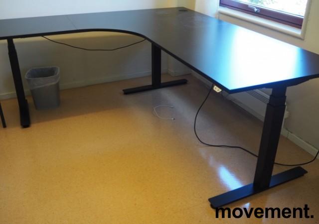 Hjørneløsning / skrivebord med elektrisk hevsenk i sort fra EFG, 200x180cm venstreløsning, pent brukt 2017-modell bilde 1