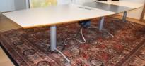 Møtebord i grått/mørkegrått, understell i grått, 420x114cm, passer 14-16 personer, pent brukt