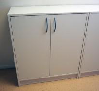 Skap med dører i hvitt fra Lanab, 2 permhøyder, bredde 80cm, høyde 82cm, pent brukt