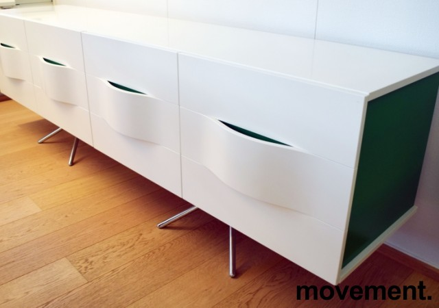 Mediabenk / Skjenk i hvit høyglans / detaljer i grønt, bredde 240cm, høyde 74cm, pent brukt bilde 4