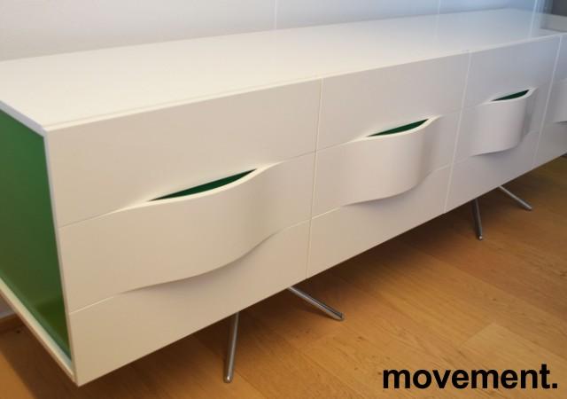 Mediabenk / Skjenk i hvit høyglans / detaljer i grønt, bredde 240cm, høyde 74cm, pent brukt bilde 2