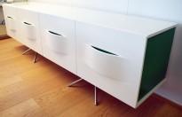 Mediabenk / Skjenk i hvit høyglans / detaljer i grønt, bredde 240cm, høyde 74cm, pent brukt