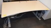 Skrivebord fra Martela med elektrisk hevsenk, lys grå plate, 160x80cm, med magebue, pent brukt