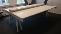 Vitra Joyn arbeidsbord i hvitt for 4 personer, 245x180 cm, pent brukt