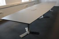 Dencon møtebord i lysegrått / krom, 540x120cm, passer 18-20 personer, kabelluke, pent brukt