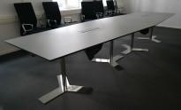 Møtebord i lyst grått med understell i krom fra Dencon 420x120cm, kabelluke, passer 14-16 personer, pent brukt