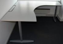 Kinnarps hjørneløsning skrivebord i lys grå, 200x180cm, sving på høyre side, T-serie, pent brukt