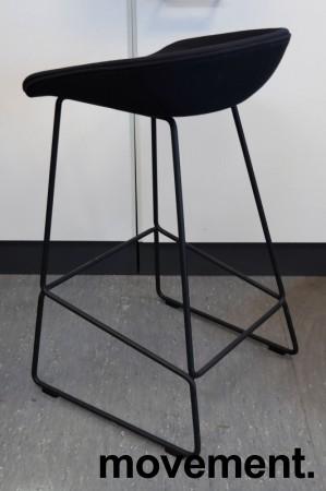 Barkrakk / barstol i sort fra HAY, About a stool, sete i sort stoff, sort metallunderstell, sittehøyde 65cm, pent brukt bilde 2