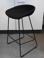 Barkrakk / barstol i sort fra HAY, About a stool, sete i sort stoff, sort metallunderstell, sittehøyde 65cm, pent brukt