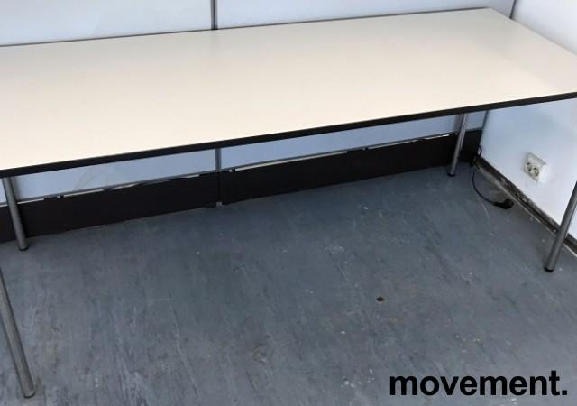 Kompakt møtebord / kantinebord fra Dencon i hvitt med sort kant, sammenleggbart, 180x70cm, pent brukt bilde 2