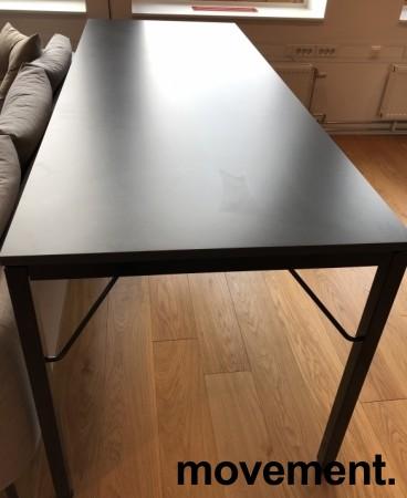 Ståbord / Barbord, Martela Alku-serie, Grå bordplate, sorte ben, 200x80cm, 90cm høyde, pent brukt bilde 3