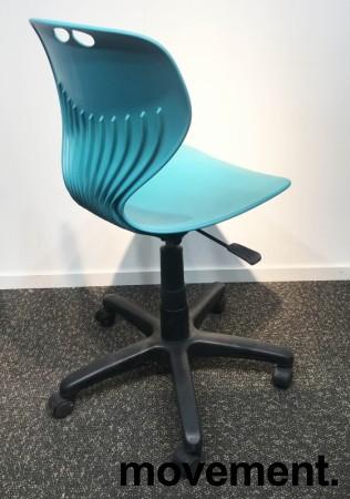 Enkel kontorstol i turkis plast fra Merryfair, sort understell, justerbar sittehøyde, pent brukt bilde 2