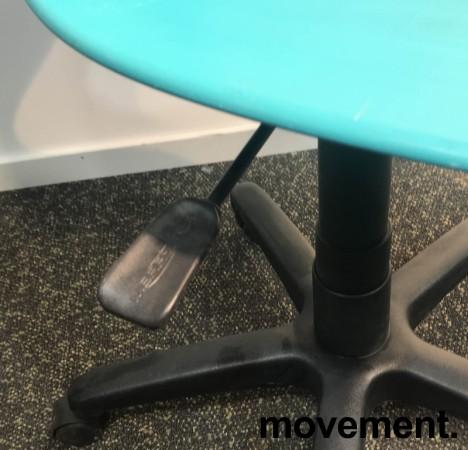 Enkel kontorstol i turkis plast fra Merryfair, sort understell, justerbar sittehøyde, pent brukt bilde 3