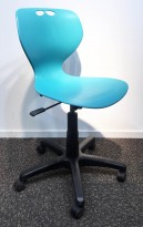 Enkel kontorstol i turkis plast fra Merryfair, sort understell, justerbar sittehøyde, pent brukt