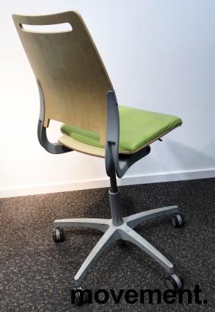 Enkel kontorstol fra Kinnarps, modell Xact i Limegrønn/Bjerk, grått understell, pent brukt bilde 2