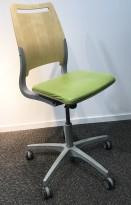 Enkel kontorstol fra Kinnarps, modell Xact i Limegrønn/Bjerk, grått understell, pent brukt