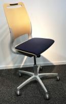Enkel kontorstol fra Kinnarps, modell Xact i blått/bøk, grått understell, pent brukt