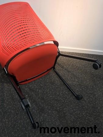 Enkel stablestol på hjul, sete i rødt stoff, rygg i rød plast, sort metallunderstell, brukt med slitasje slitasje/smuss bilde 3