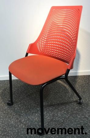 Enkel stablestol på hjul, sete i rødt stoff, rygg i rød plast, sort metallunderstell, brukt med slitasje slitasje/smuss bilde 1