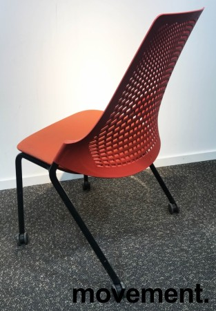 Enkel stablestol på hjul, sete i rødt stoff, rygg i rød plast, sort metallunderstell, brukt med slitasje slitasje/smuss bilde 2