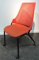 Enkel stablestol på hjul, sete i rødt stoff, rygg i rød plast, sort metallunderstell, brukt med slitasje slitasje/smuss
