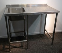 Arbeidsbenk i rustfritt stål 105cm bredde, 65cm dybde, 90cm høyde, kum på v.s, pent brukt