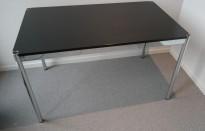 Skrivebord i sortlakkert eik / krom fra USM, 125x75cm, pent brukt
