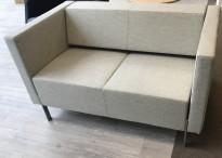 Loungesofa fra Kinnarps, modell PIO 2-seter i lys gråf, 130 cm bredde, pent brukt