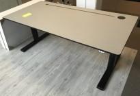 Skrivebord med elektrisk hevsenk fra Kinnarps, grå bordplate, sort understell, 160x80cm, pent brukt