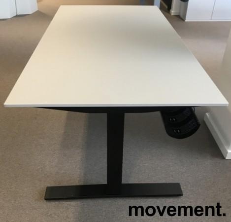Skrivebord med elektrisk hevsenk fra Kinnarps, beige bordplate, sort understell, 160x80cm, pent brukt bilde 3