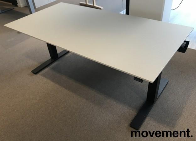Skrivebord med elektrisk hevsenk fra Kinnarps, beige bordplate, sort understell, 160x80cm, pent brukt bilde 1
