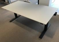 Skrivebord med elektrisk hevsenk fra Kinnarps, beige bordplate, sort understell, 160x80cm, pent brukt