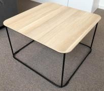 Loungebord i eik laminat / sortlakkert metall fra Kinnarps, modell Fields, 60x60cm, høyde 39cm, pent brukt