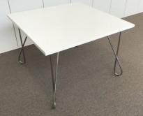 Loungebord i hvitt / krom, Kinnarps Combine, 80x80cm, høyde 55cm, pent brukt
