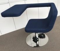 Loungestol / laptopstol fra Materia, modell Clip, i blått stoff, 64cm bredde, pent brukt