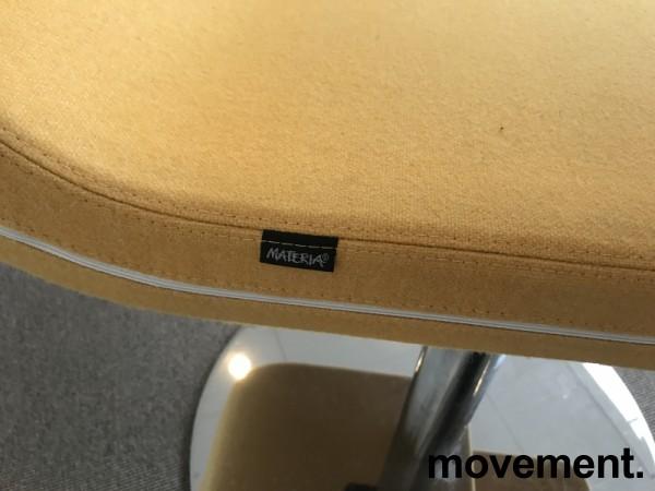 Loungestol / laptopstol fra Materia, modell Clip, i gult stoff, 64cm bredde, pent brukt bilde 4