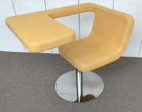 Loungestol / laptopstol fra Materia, modell Clip, i gult stoff, 64cm bredde, pent brukt