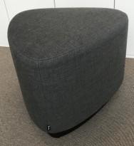 Liten sittepuff i grått stoff fra Kinnarps, Fields serie, Triangelformet Ø=55cm, pent brukt