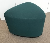 Liten sittepuff i grønt stoff fra Kinnarps, Fields serie, Triangelformet Ø=55cm, pent brukt