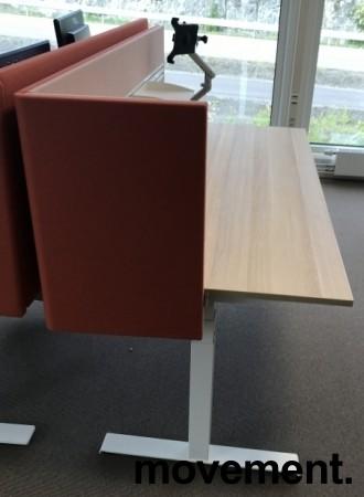 Skrivebord elektrisk hevsenk, Kinnarps, eik laminat bordplate, hvitt understell, rosa vegg, 180x80cm, pent brukt bilde 2
