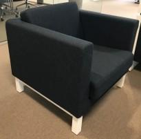 Kinnarps Scandinavia loungestol / 1-seter i mørkeblått stoff, hvite ben, bredde 83cm, pent brukt