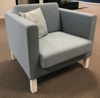 Kinnarps Scandinavia loungestol / 1-seter i lyseblått stoff, hvite ben, bredde 83cm, pent brukt